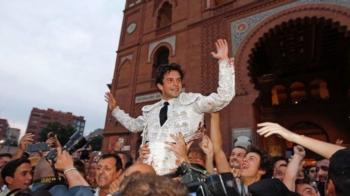 Juan del Álamo em ombros em Madrid