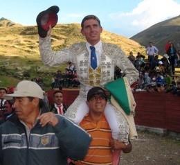 Nuno Casquinha sai a ombros en Baños de Huanuco